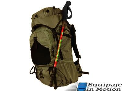 colocar bastones de trekking en la mochila